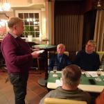 Peter Lutterbey bedankt sich bei Eckhard Engel für langjährige Vorstandsarbeit als 2. Kassierer.