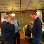 Vorjahres-Grünkohlkönig Christian übergibt die Grünkohlpalme an Dirk