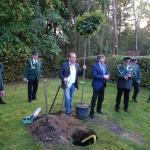 Die Bürgermeister Arne Strietelmeier und Wilhelm Möhrke helfen tatkräftig mit