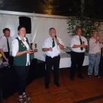 Peter Lutterbey verkündet die Sieger beim Dart-Turnier. 3. Platz: Nico Schönborn