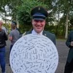 Die Scheibe mit den Unterschriften aller anwesenden Gäste
